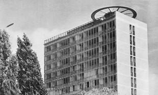 Szklany dom – historia nowatorskiego wieżowca przy Rondzie Waszyngtona